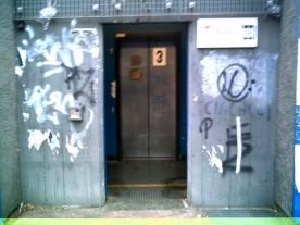 entrata ascensore metro policlinico